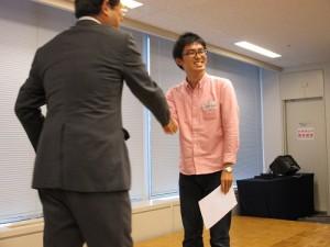 修了証書は神瀬コーチから、クラス代表・海野くんの手へ。