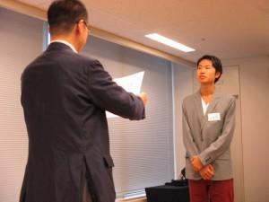 広域訪問賞(韓国・ハワイ)を受賞した廣澤くんに、代表して修了証書を受け取っていただきました。