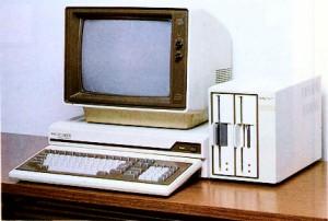 ネットに転がっていた初期のころのPC9801の写真。昔はHDDなんかなくて8インチのFDDが付いていたのです。